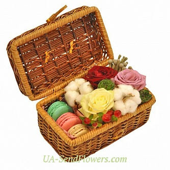 Buy Flowers in box Beautiful rush cheap with delivery to Kiev and Ukraine